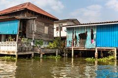 Трущоба на пакостном канале в Азии Стоковое Фото