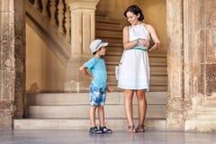 参观阿尔罕布拉宫宫殿的母亲和儿子 免版税库存图片