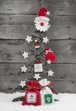 在木背景-贺卡的圣诞树。 免版税库存照片