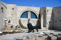 狮子雕塑和小瀑布在耶烈万亚美尼亚 图库摄影