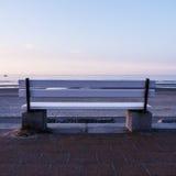 长凳和海 库存照片