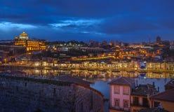 波尔图和加亚新城,葡萄牙夜全景  库存照片