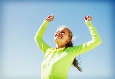 庆祝胜利的妇女赛跑者 免版税库存照片