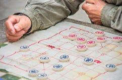 赌博在中国棋的人 免版税图库摄影