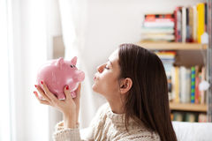 亲吻存钱罐 库存图片