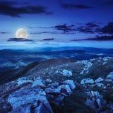在山坡的石头在晚上 库存照片