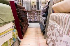 Ρόλοι υφάσματος στην αποθήκη εμπορευμάτων Στοκ Εικόνες