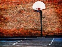 都市街道篮球场和箍 免版税库存图片