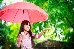 有伞的小亚裔女孩 免版税库存图片