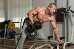Здоровый человек делая тяжеловесную тренировку для задней части Стоковая Фотография