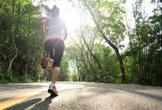 健康生活方式健身炫耀妇女赛跑 免版税库存图片