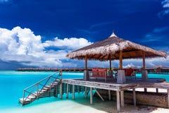 有步的小船跳船在马尔代夫的一个热带海岛上 库存图片