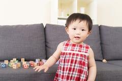 有她的玩具的亚洲小女孩 库存照片
