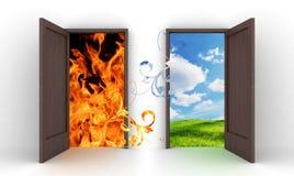 Ανοιγμένες πόρτες στο μπλε ουρανό και την πυρκαγιά Στοκ φωτογραφία με δικαίωμα ελεύθερης χρήσης