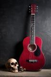 有声学吉他的头骨 图库摄影