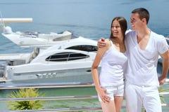 在游艇的年轻夫妇 免版税图库摄影