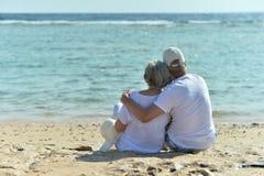 在海滩的可笑的年长夫妇 免版税库存图片