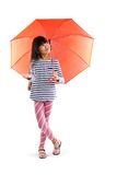 有伞的小亚裔女孩 免版税库存照片