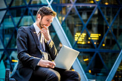 Потревоженный бизнесмен на портативном компьютере Стоковое Фото