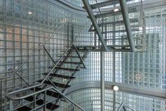 在一座现代办公楼的钢楼梯 库存照片