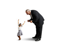 Человек кричащий на малой радостной коммерсантке Стоковые Фото