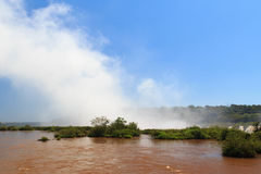 瀑布做云彩,阿根廷的伊瓜苏瀑布 免版税库存图片