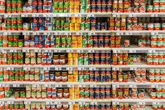 Консервы в супермаркете Стоковая Фотография RF