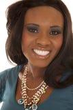 非裔美国人的妇女蓝色衬衣关闭微笑 免版税库存图片