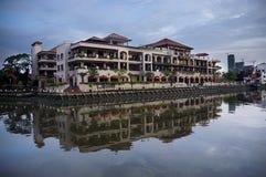 马六甲河岸大厦 免版税库存照片