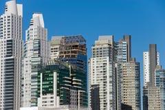 新的摩天大楼在马德罗港 免版税库存照片