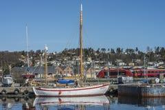 Βάρκα αναψυχής στην αποβάθρα Στοκ φωτογραφία με δικαίωμα ελεύθερης χρήσης