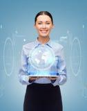 有片剂个人计算机计算机的微笑的女实业家 免版税库存照片