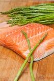 新鲜的三文鱼和芦笋 图库摄影
