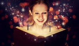 女孩读书魔术书 免版税库存图片