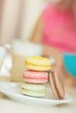一杯热的咖啡拿铁用五颜六色的曲奇饼 免版税库存照片