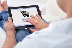 Ходить по магазинам человека онлайн Стоковое Изображение