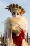 在威尼斯式狂欢节期间的被打扮的妇女,威尼斯,意大利 免版税库存图片