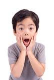 一个非常逗人喜爱的年轻人使看照相机的男孩惊奇 免版税库存图片