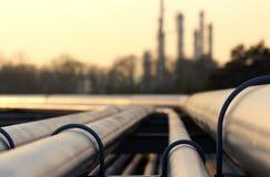 金黄钢管在原油工厂 库存图片