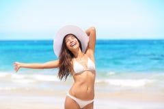 海滩的妇女享用太阳的愉快在旅行 免版税库存照片