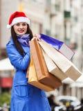 有购物袋的妇女在圣诞节销售期间 免版税库存图片