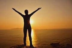 感激的对日出的妇女开放胳膊 免版税图库摄影