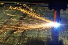 金属板激光或等离子切口与火花的 免版税库存图片