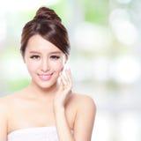 与干净的面孔皮肤的美好的妇女微笑 免版税库存照片