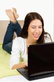 逗人喜爱的十几岁的女孩,浏览互联网 库存图片