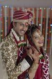 印地安印度新娘&修饰一对愉快的微笑的夫妇。 免版税图库摄影