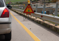 Сигнал и автомобиль светофора во время работы в процессе Стоковые Фотографии RF