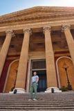 剧院巴勒莫马西莫台阶的游人  免版税图库摄影