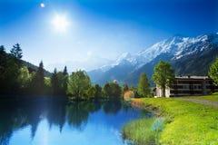 与湖的美好的风景在夏慕尼,法国 图库摄影