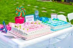 婴儿送礼会蛋糕 免版税库存照片